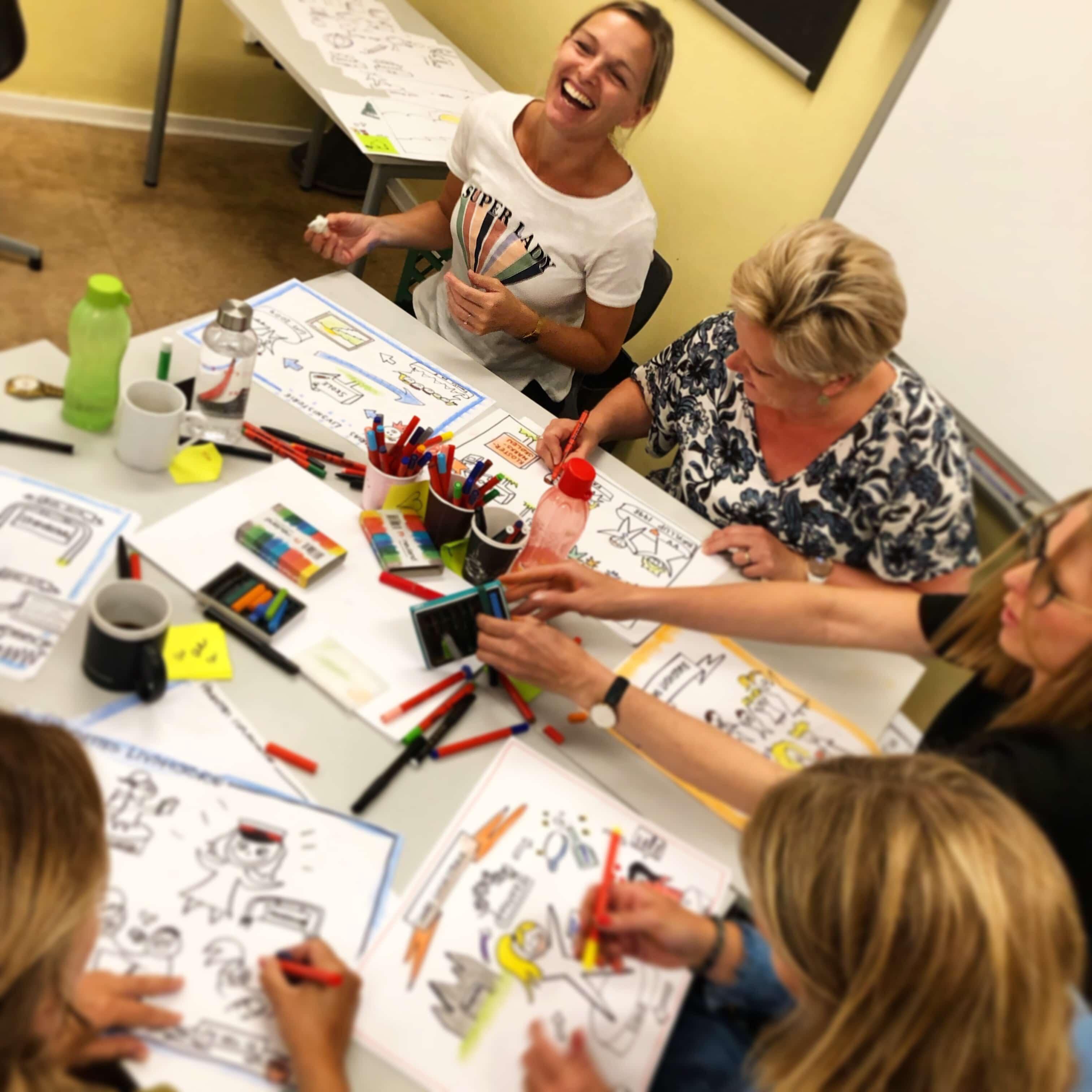 Lærere tegner og er i godt humør på et kursus i grafisk facilitering afholdt af tegnestuen helleforhelle