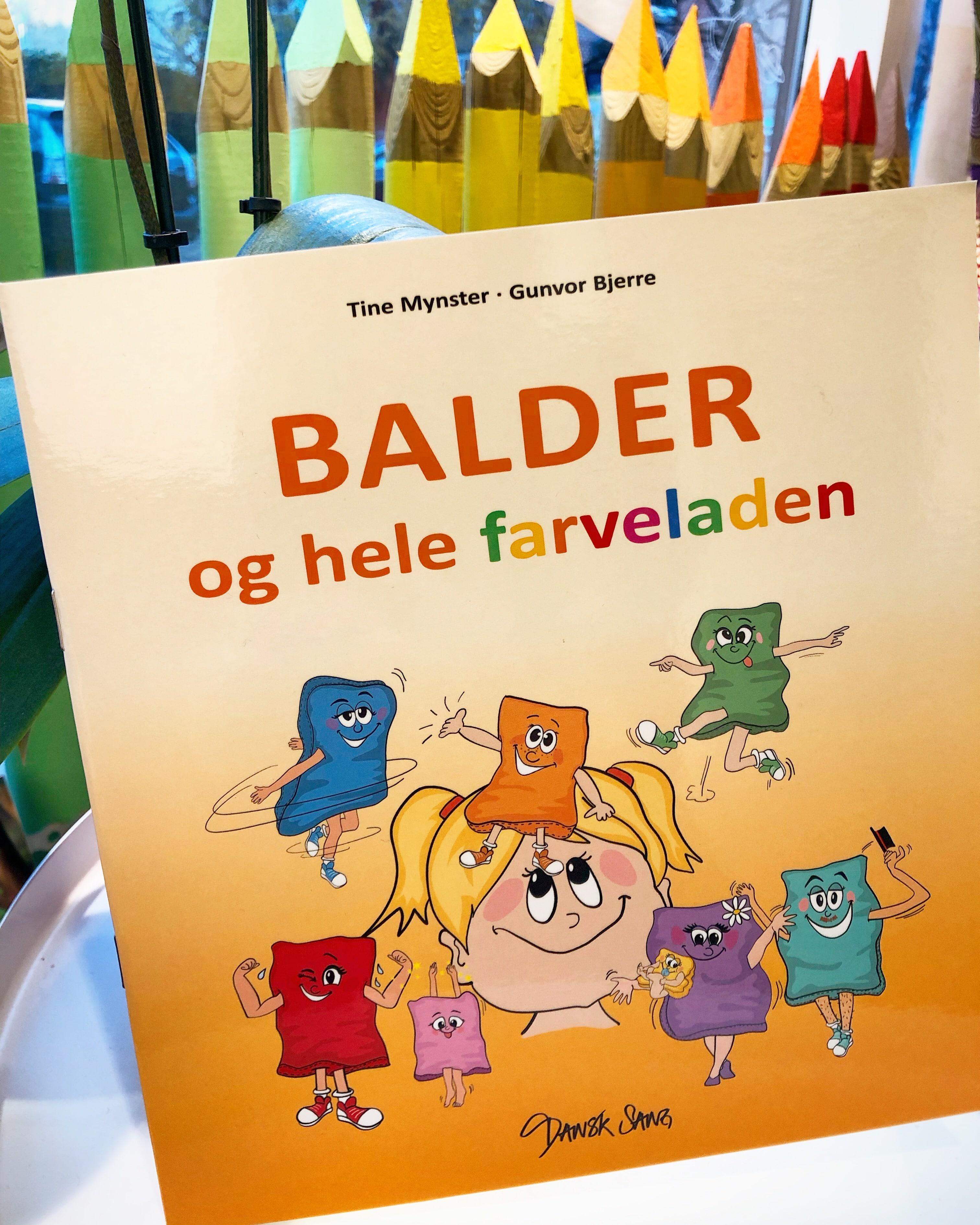 """Sangbogen """"Balder og hele farveladen"""" forfattet af Tine Mynster og Gunvor Bjerre og illustreret af Tegnestuen helleforhelle. Et musikalsk univers hvor den lille populære ærtepose Balder er i centrum"""